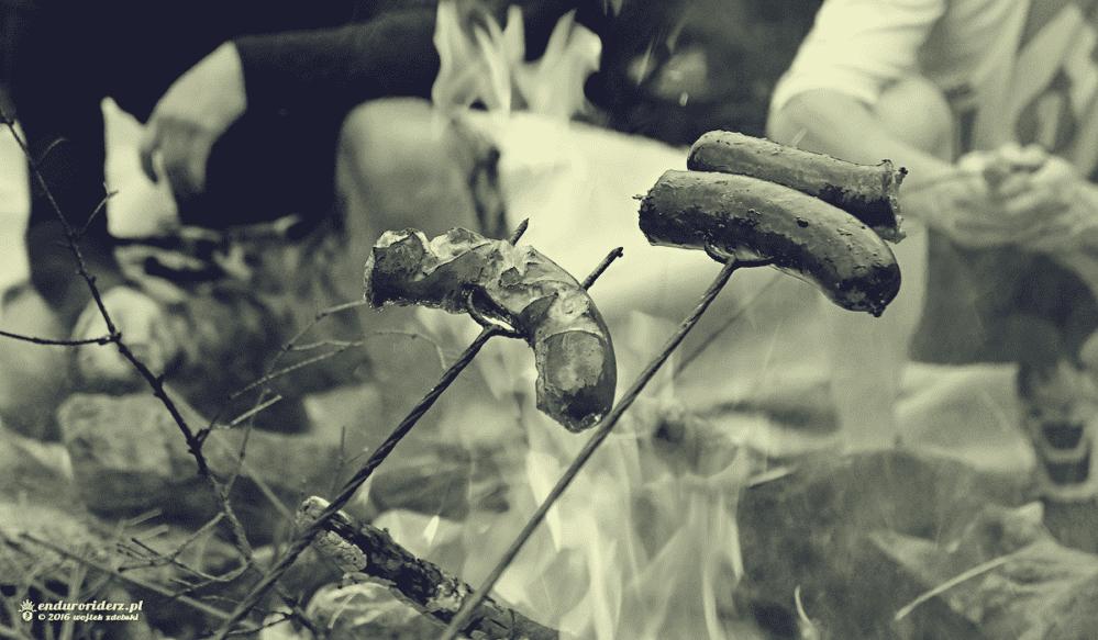 Żadne prawdziwe ęduro nie może się obyć bez pieczenia kiełbasy!