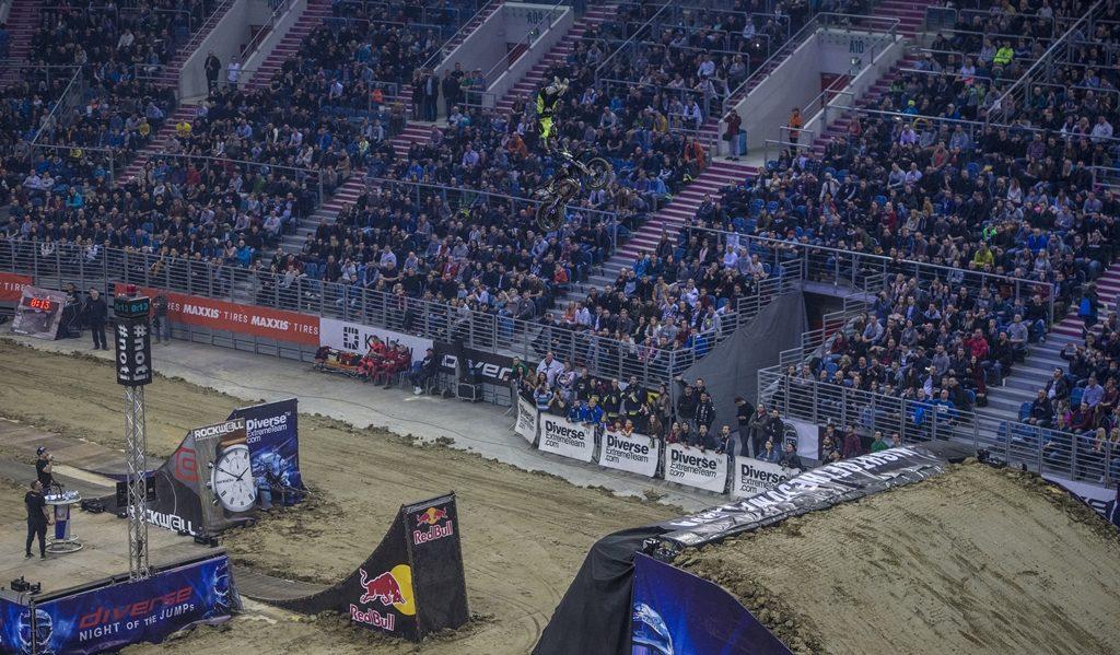 Diverse NIGHT of the JUMPs: motocykliści i rowerzyści zachwycili widzów