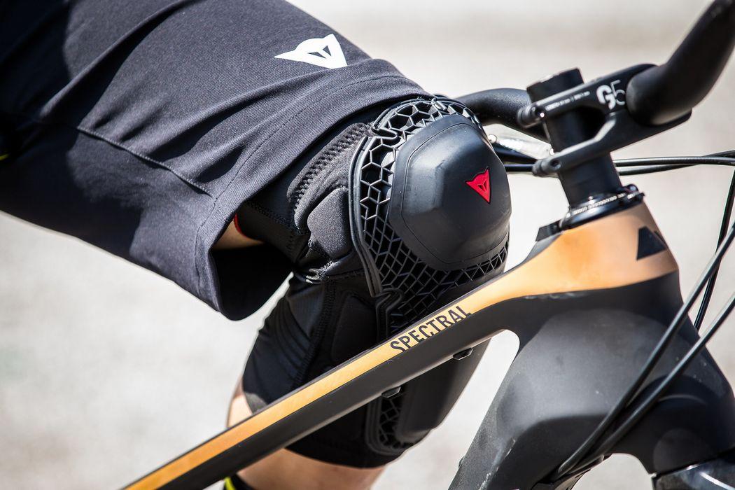Dainese prezentuje nową kolekcję AWA Black oraz ochraniacze Enduro Knee Guard